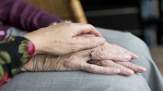 Cinta Tidak Kenal Usia Dibuktikan oleh Kedua Pasangan Senior Ini (101789)