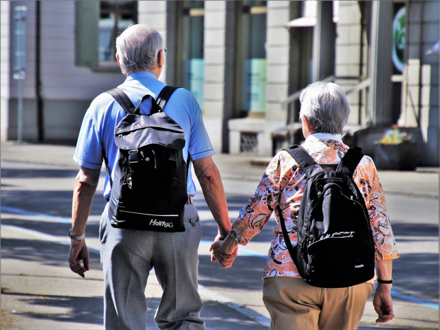 Cinta Tidak Kenal Usia Dibuktikan oleh Kedua Pasangan Senior Ini (101791)