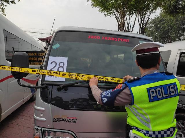 32 Mobil Travel Gelap Terjaring Razia di Karawang, 250 Penumpang Gagal Mudik  (135687)