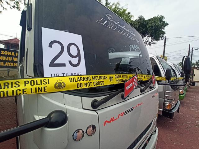 32 Mobil Travel Gelap Terjaring Razia di Karawang, 250 Penumpang Gagal Mudik  (135686)