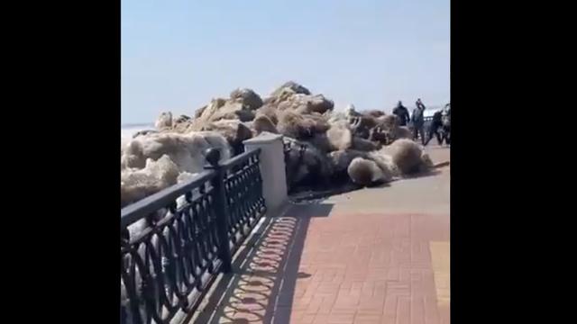 Viral Tsunami Es Hantam Kota di Rusia, Hampir Tabrak Warga Lokal (90888)