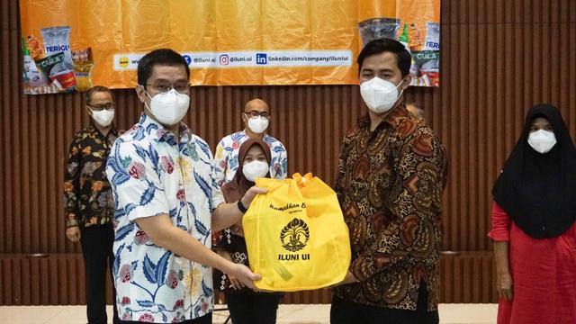 ILUNI UI Bagikan 1.700 Paket Sembako Bagi Masyarakat Depok dan Pegawai UI (658191)