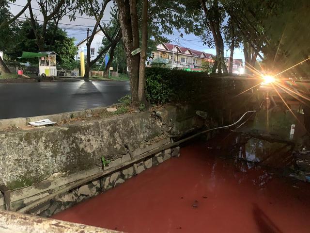 Video: Air Parit di Jalan Dr Wahidin Pontianak Berubah Jadi Merah (177076)