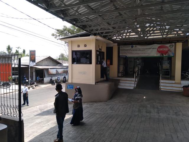 Dampingi Istri di Rumah Sakit, Suami Eva Memilih Bungkam (124885)