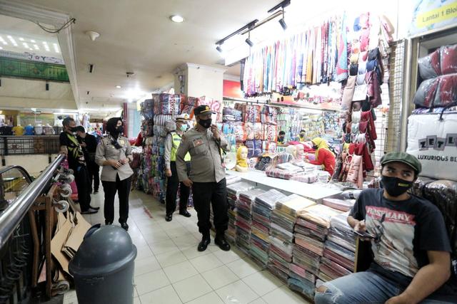 Cegah Kerumunan Di Pusat Perbelanjaan, Disdagin dan Satpol PP Terjunkan Petugas  (75605)