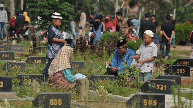 Tradisi Ziarah Kubur di Desa Nyamuk: Bagi-bagi Uang Lebaran di Kuburan (104110)