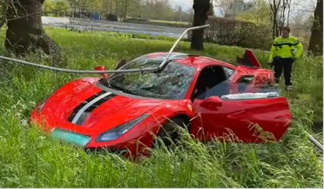 Sebuah Pelajaran, Belum Jago Jangan Coba-coba Nyetir Ferrari dan Begini Jadinya (367407)