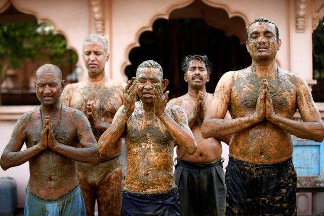 3 Tingkah Luar Nalar Warga India saat Corona: Oles Kotoran Sapi sampai ke Dukun (10918)
