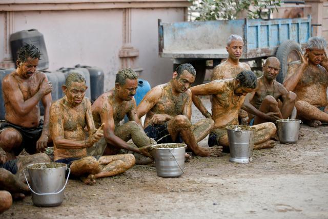 Ilmu Kebal Covid-19, Warga India Oles Kotoran dan Urine Sapi