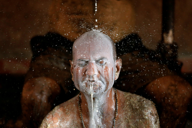 3 Tingkah Luar Nalar Warga India saat Corona: Oles Kotoran Sapi sampai ke Dukun (10916)