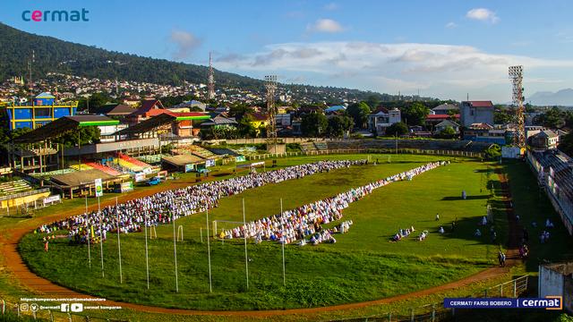 Foto: Suasana Salat Id di Gelora Kie Raha Ternate (110699)