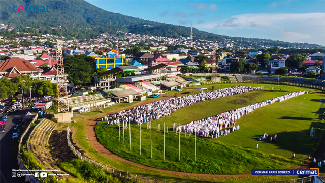 Foto: Suasana Salat Id di Gelora Kie Raha Ternate (110700)
