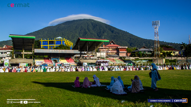 Foto: Suasana Salat Id di Gelora Kie Raha Ternate (110701)