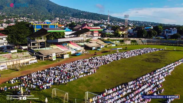 Foto: Suasana Salat Id di Gelora Kie Raha Ternate (110702)