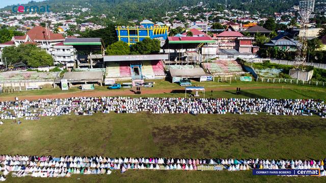 Foto: Suasana Salat Id di Gelora Kie Raha Ternate (110704)