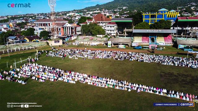 Foto: Suasana Salat Id di Gelora Kie Raha Ternate (110705)