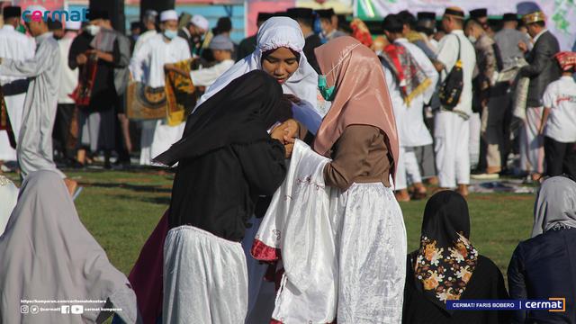 Foto: Suasana Salat Id di Gelora Kie Raha Ternate (110706)