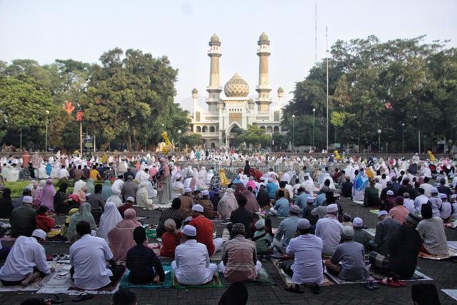 Jemaah Salat Idul Fitri di Masjid Agung Jami' Kota Malang Membeludak (181599)