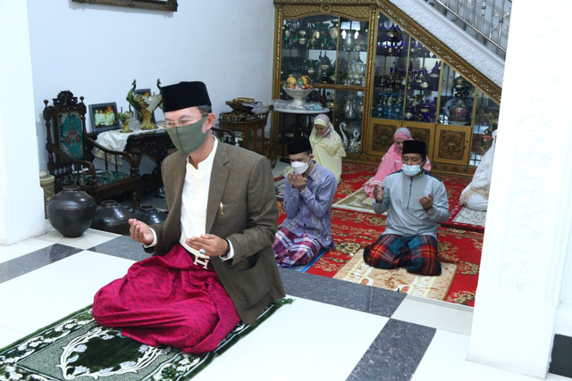 Wali Kota Palembang Gelar Salat Idul Fitri di Rumah (191446)