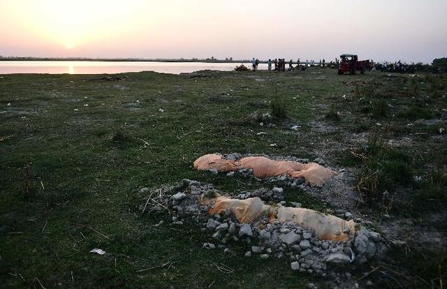 Bikin Merinding, Foto-foto Jenazah Terdampar di Pinggir Sungai Gangga (2)