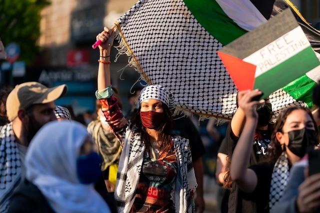 Ikut Aksi Bela Palestina, Bella Hadid Jadi Sorotan dengan Tampil Pakai Keffiyeh (49126)