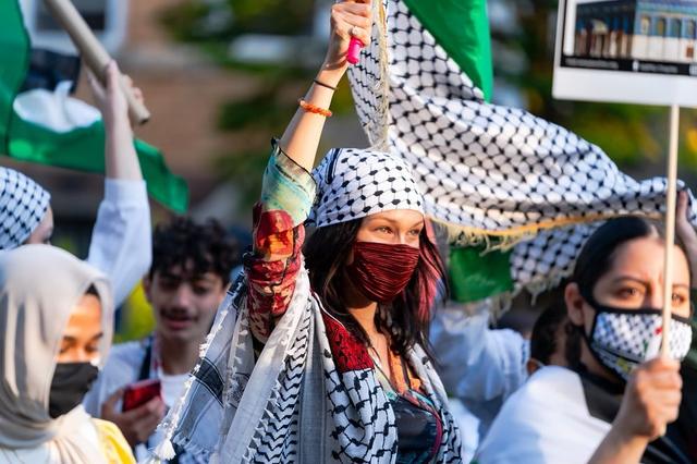 Ikut Aksi Bela Palestina, Bella Hadid Jadi Sorotan dengan Tampil Pakai Keffiyeh (49125)
