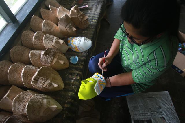 Foto: Padepokan Seni Topeng Malangan Asmoro Bangun di Tengah Pandemi (82528)