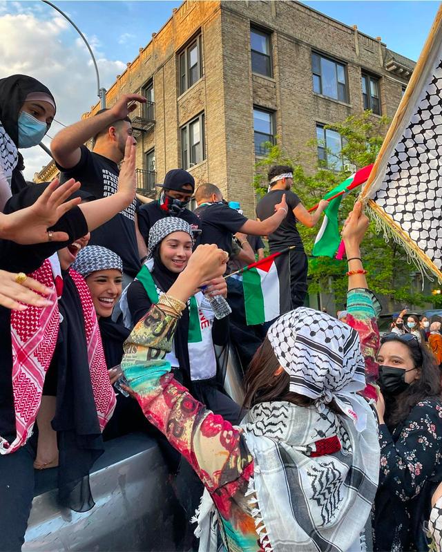 5 Potret Bella Hadid saat Turun ke Jalan Bela Kemerdekaan Palestina (217384)