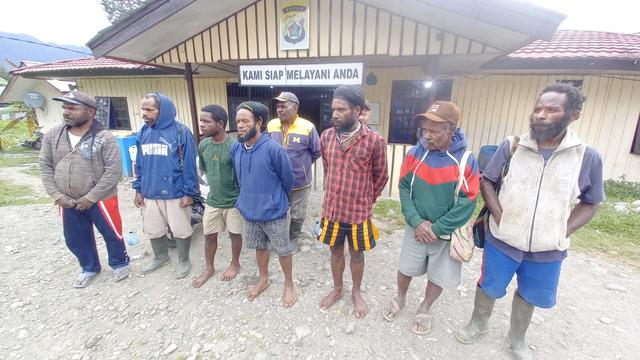 Satgas Nemangkawi Pulangkan 3 Warga Usai Penggerebekan Honai Milik KKB Papua (87411)