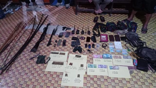 Satgas Nemangkawi Geledah Markas Teroris KKB, Sita Senpi-Uang Rp 14 Juta (286280)