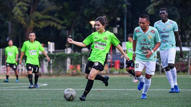 5 Pesona Femila Sinukaban, Jebolan Indonesian Idol, saat Main Sepak Bola (7843)