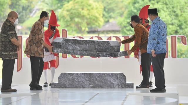 Ikut Meriahkan Festival Joglosemar, Mendes Beli Jam Tangan Kayu (32418)