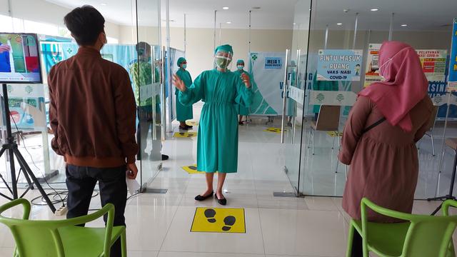 Harkitnas, RS dr Oen Solo Ajak Penerima Vaksin Nyanyikan Lagu Indonesia Raya (123558)