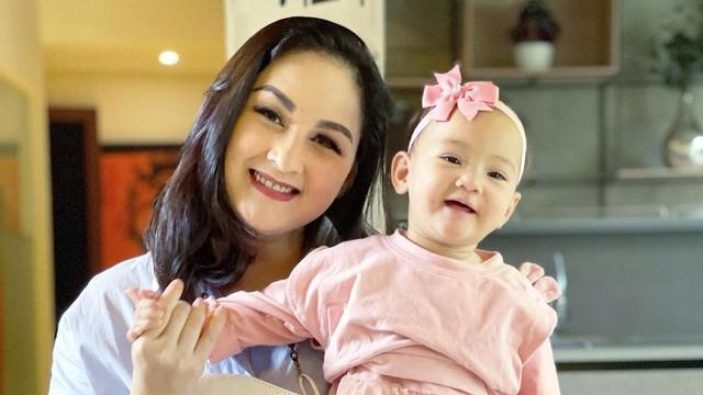 Anak Mona Ratuliu Punya Lesung Pipi, Benarkah karena Faktor Keturunan? (602295)