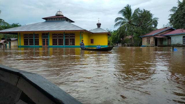 Banjir Rendam Masjid , Warga Semerantau Salat Jumat di Hutan Beralaskan Terpal (626631)