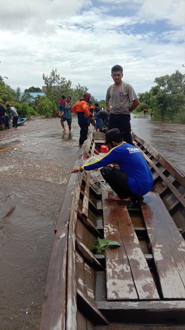 Jalan Putussibau-Kalis, Kalbar, Lumpuh Akibat Banjir  (23733)