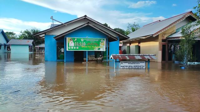 Jalan Putussibau-Kalis, Kalbar, Lumpuh Akibat Banjir  (23734)