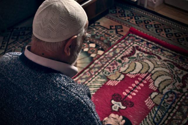 Tata Cara Sholat Tahajud Lengkap, Niat hingga Doa Setelah Mengerjakannya (488521)