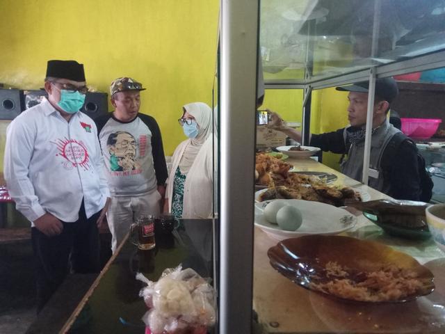 DPC PKB Kuningan Borong Warung Nasi, Lalu Dibagikan ke Sopir Angkot dan Ojek (53970)