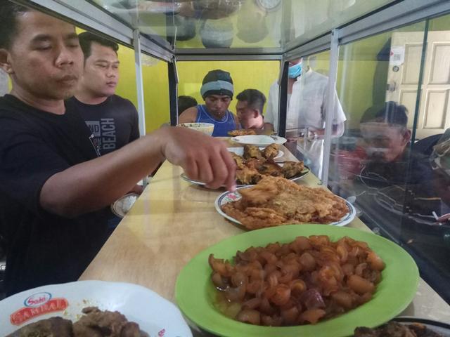 DPC PKB Kuningan Borong Warung Nasi, Lalu Dibagikan ke Sopir Angkot dan Ojek (53971)