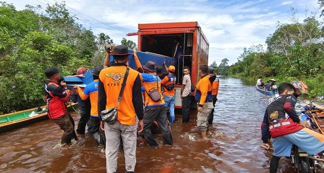 Banjir di Jalan Putussibau-Kalis Berangsur Surut, Truk dan Bus Bisa Melintas (54424)