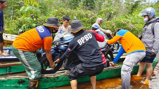 Banjir di Jalan Putussibau-Kalis Berangsur Surut, Truk dan Bus Bisa Melintas (54423)