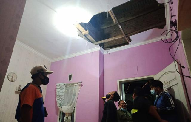 Plafon Rumah Warga di Kota Malang Jebol Akibat Gempa 6,2 Magnitudo (27104)