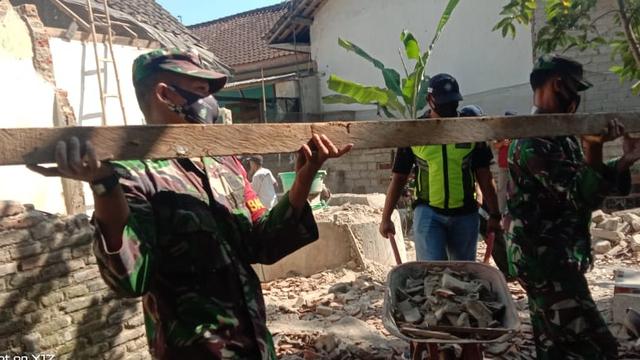 Dampak Gempa Blitar, Satu Rumah Warga Banyuwangi Ambruk (334549)