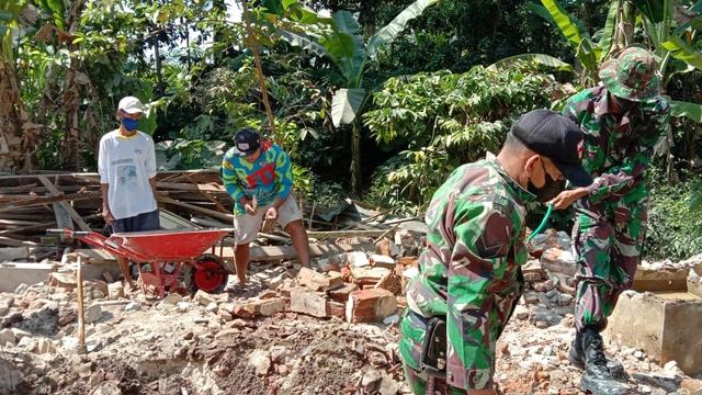 Dampak Gempa Blitar, Satu Rumah Warga Banyuwangi Ambruk (334550)