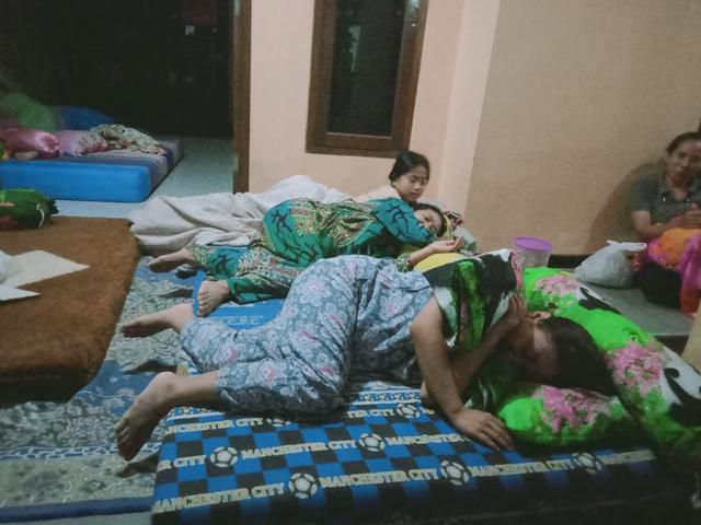 Khawatir Gempa Susulan, Warga Malang Tidur di Teras Rumah (129967)
