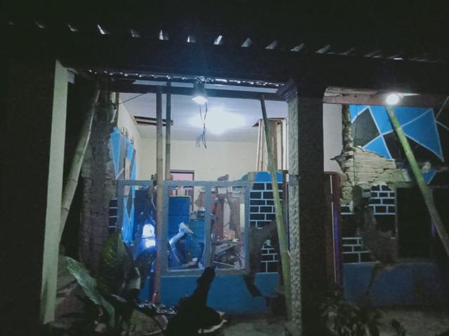 Khawatir Gempa Susulan, Warga Malang Tidur di Teras Rumah (129968)
