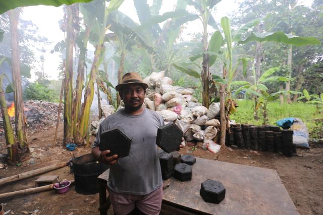 Kerén! Wong Tegal Kiyé Bisa Gawé Paving Blok Seka Runtah Plastik (175370)