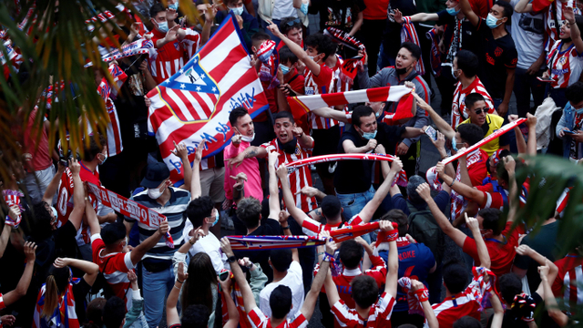 Foto: Suporter Atletico Madrid Rayakan Gelar Juara Liga Spanyol 2020/21 (378404)