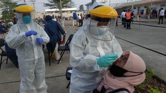 2 Pemudik Reaktif COVID-19 saat Terjaring Operasi Penyekatan di Bekasi (37289)